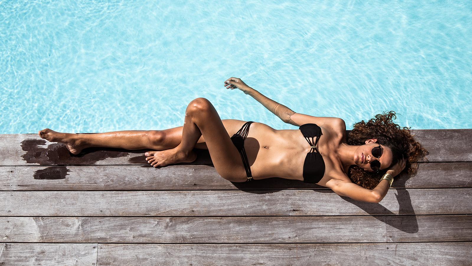Mannequin allongée au bord d'une piscine