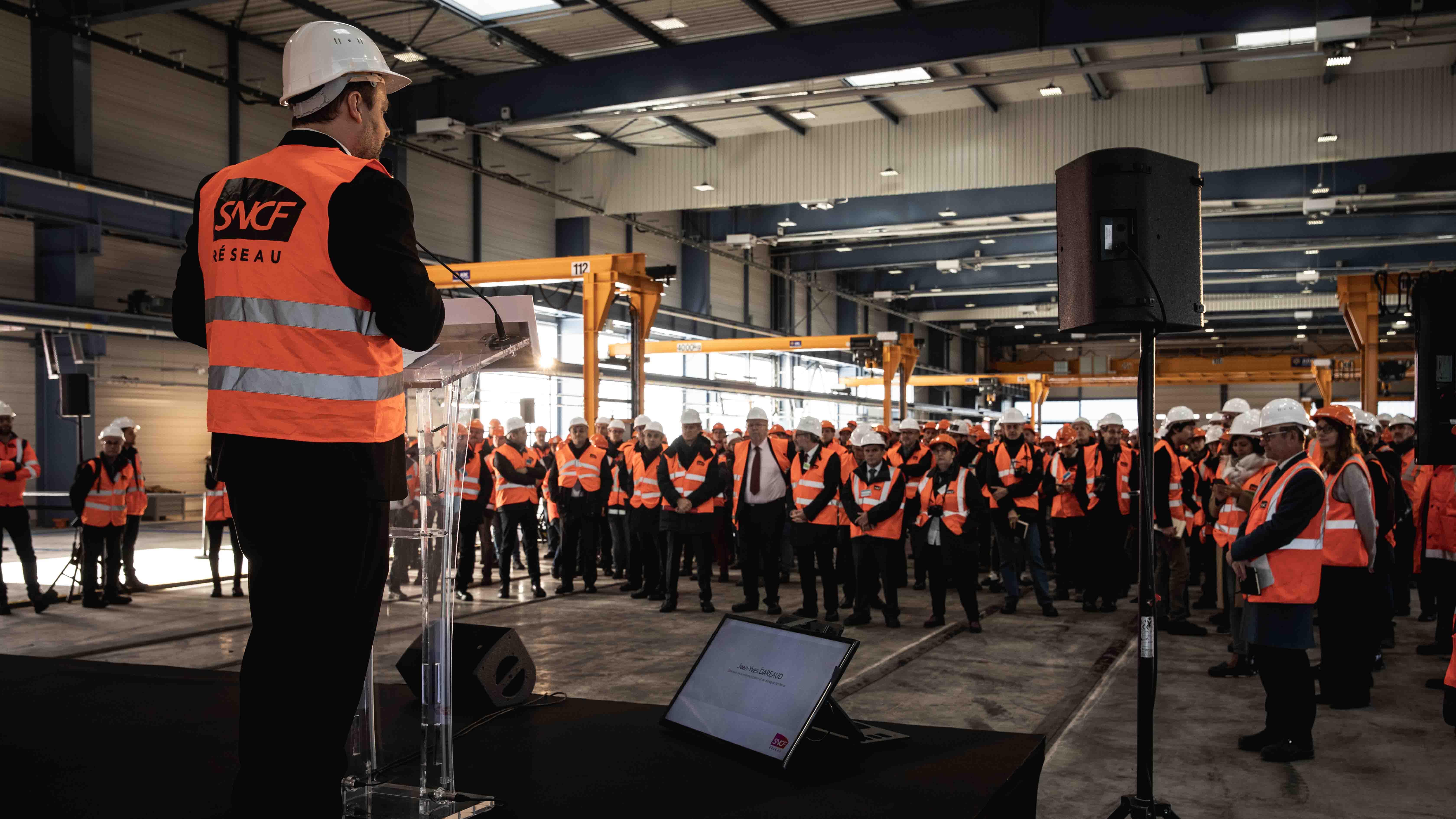 Prise de parole sur la scène devant l'ensemble des invités durant l'événement SNCF Réseau
