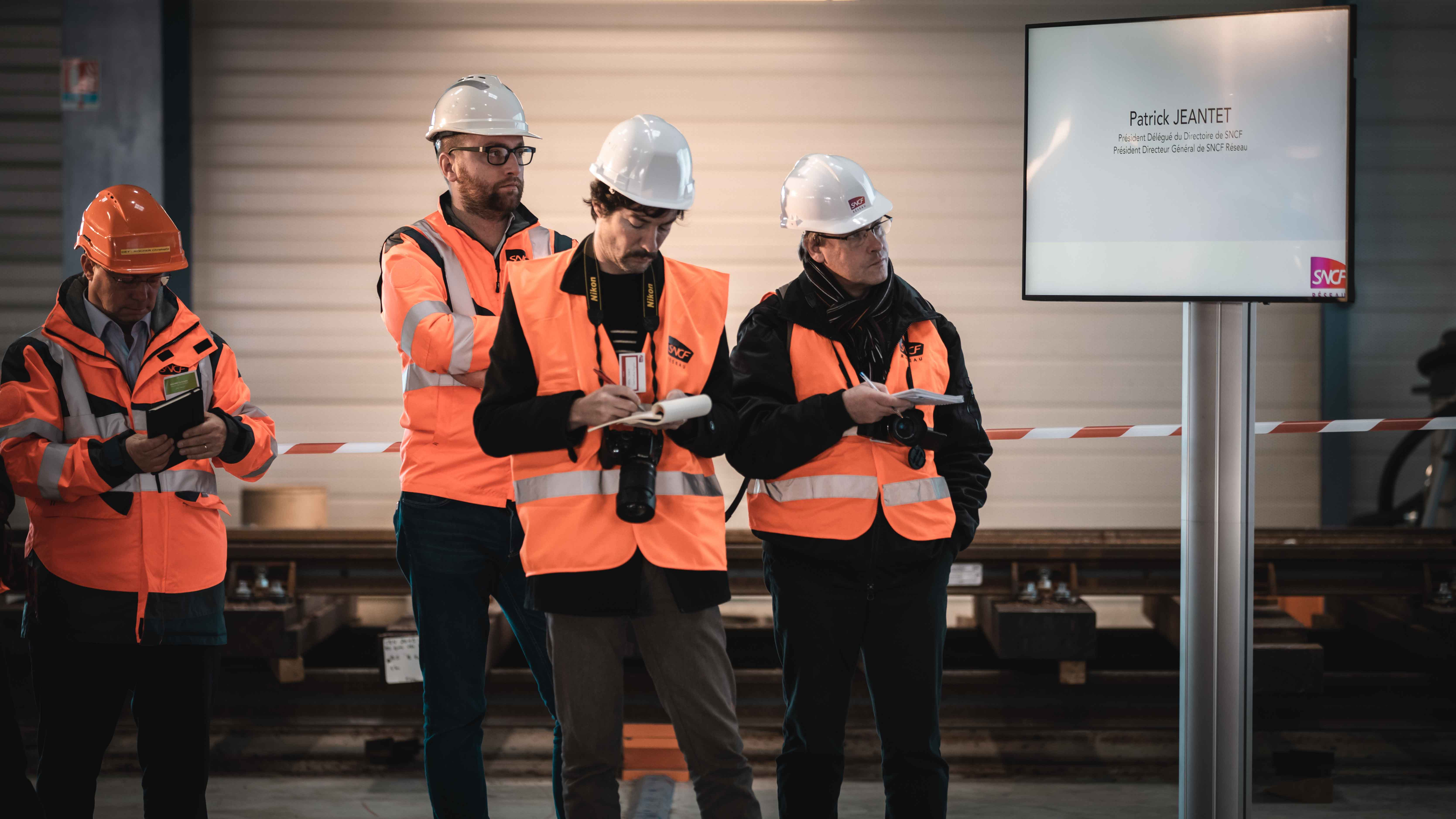 Présence de journalistes pour déployer l'inauguration du bâtiment Horizon SNCF Réseau dans la presse
