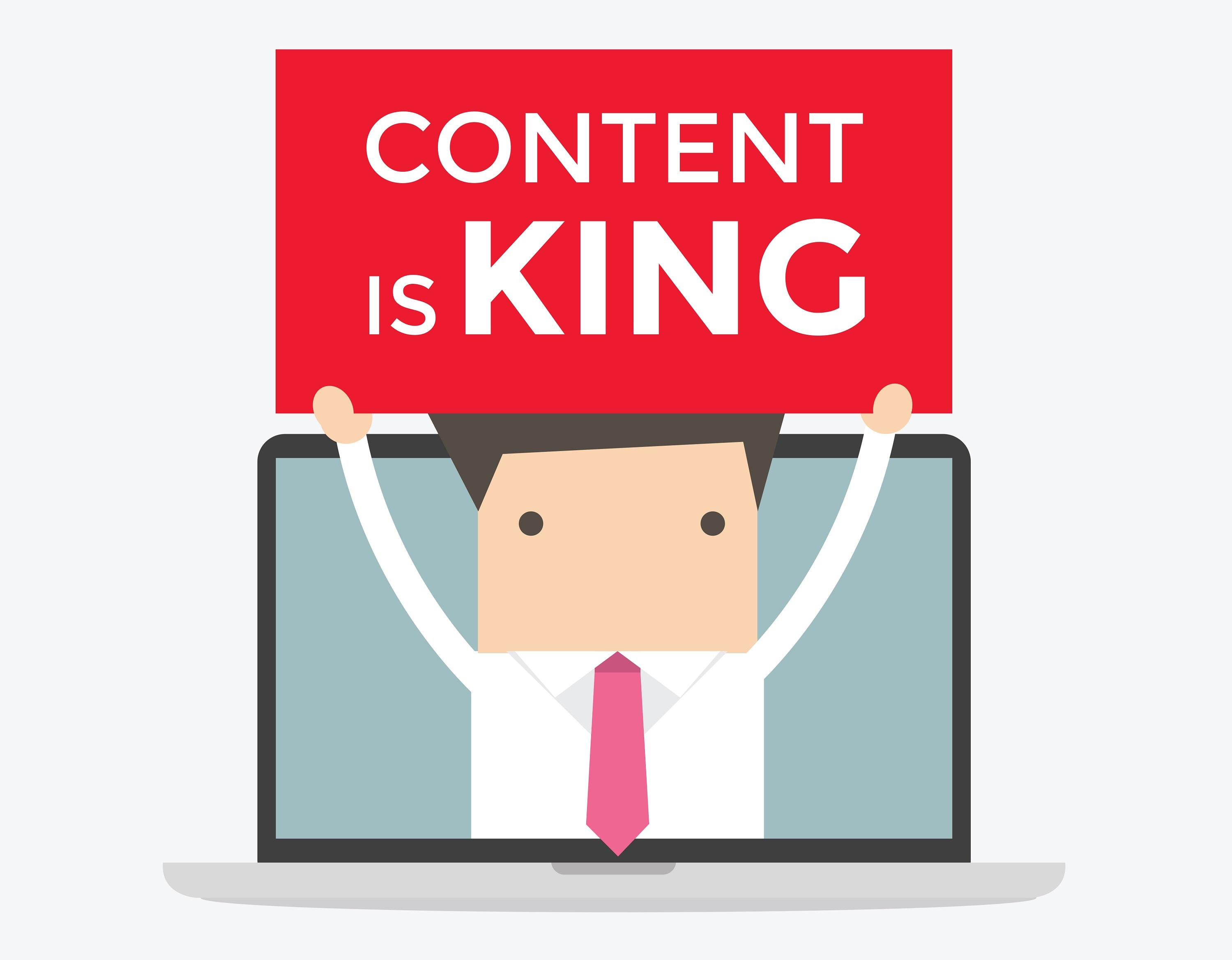 """Un homme en cravate tient un panneau """"Content is King"""" au travers d'un ordinateur portable."""