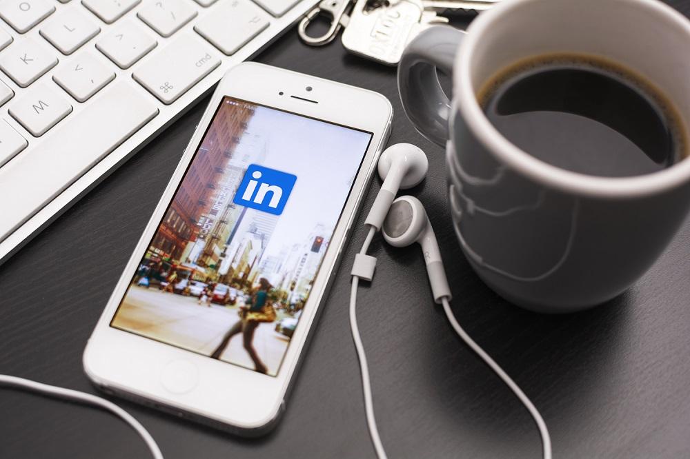 Un téléphone portable connecté à LinkedIn sur un bureau