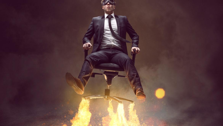 Un gérant d'entreprise décolle comme un fusée sur son siège de bureau