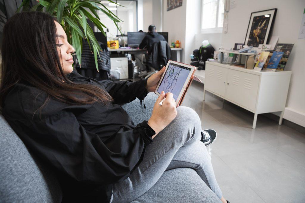 Yasmine dessine aussi sur sa tablette - Val d'Oise Communication