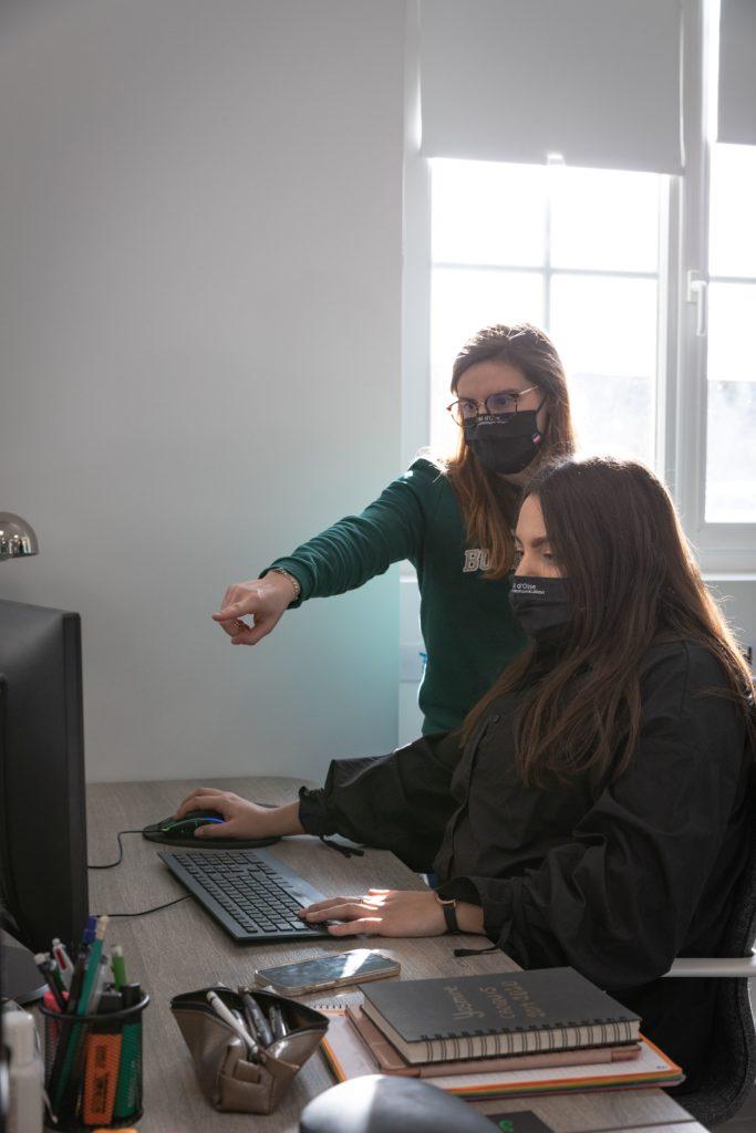 Yasmine et Julie, nos graphistes à l'agence - Val d'Oise Communication