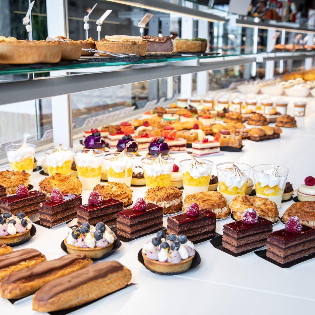 La disposition des pâtisseries au Comptoir des Gourmets - Val d'Oise Communication