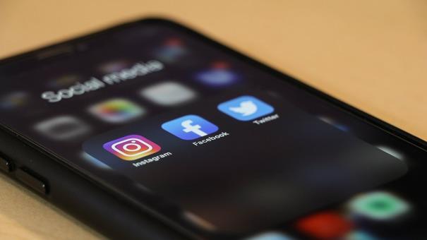 un téléphone connecté aux réseaux sociaux